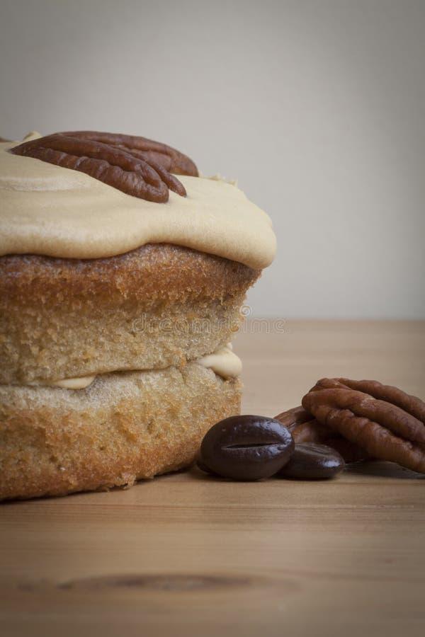 Gâteau de Victoria Style Double Layer Sponge de noix de pécan de café, grains de café, noix de pécan images libres de droits
