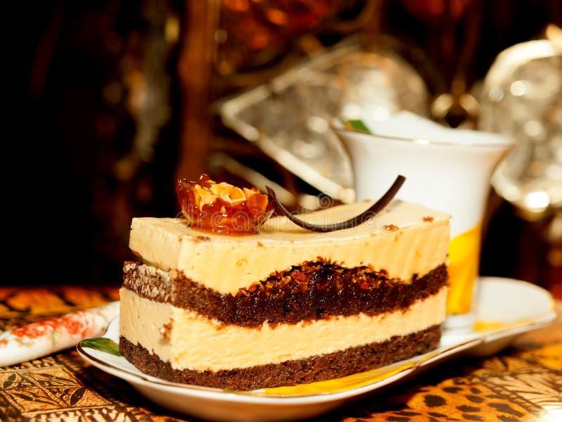 Gâteau de Vienne avec l'amande et le caramel au fond foncé image stock