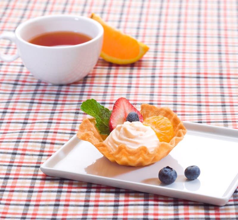 Gâteau de yaourt aux fruits images stock