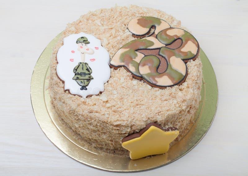 Gâteau doux avec des vacances de décor le 23 février sur le CCB en bois léger image stock