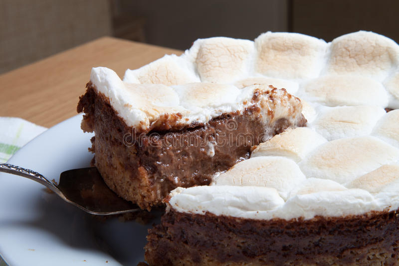 Gâteau doux avec du chocolat sur une table en bois légère Foc sélectif photos stock
