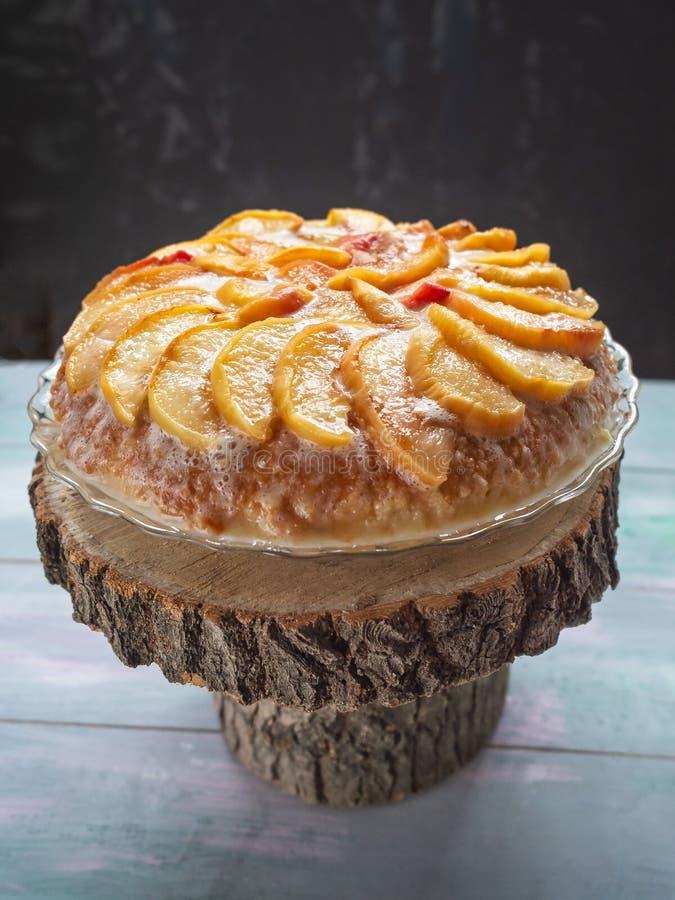Gâteau doux de vacances avec les pêches et la crème images stock