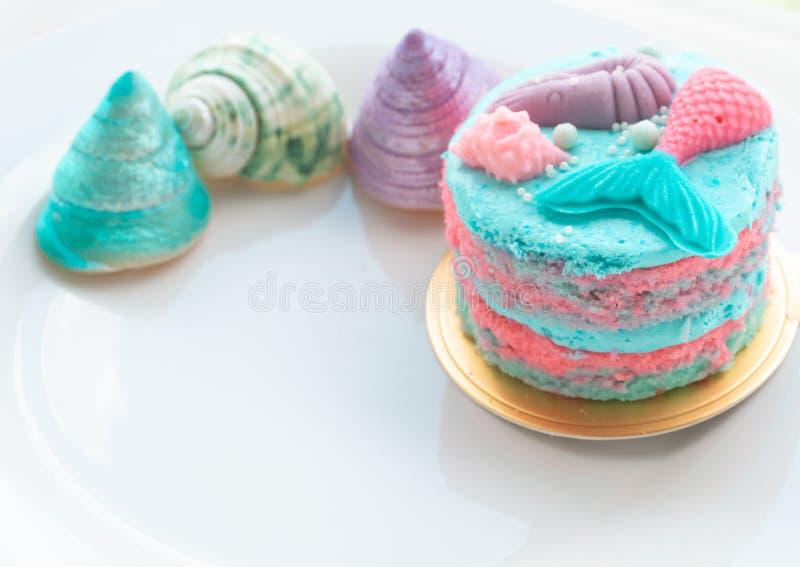 Gâteau doux sur la table blanche photo libre de droits