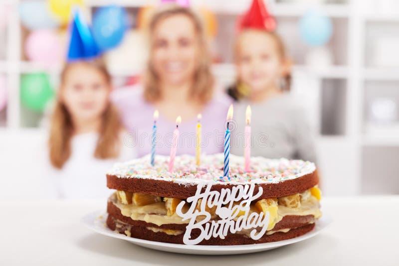 Gâteau effectué par maison de joyeux anniversaire images stock