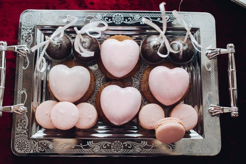 Gâteau en forme de coeur Beaux gâteaux en forme de coeur délicieux, couleur rose Bonbons brillants, doux images libres de droits