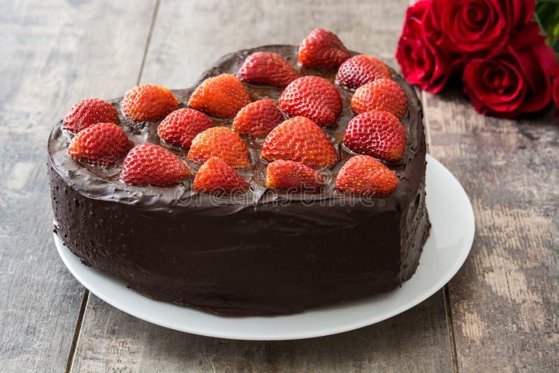 Gâteau en forme de coeur et roses rouges pour le jour du ` s de Valentine ou le jour du ` s de mère photo libre de droits