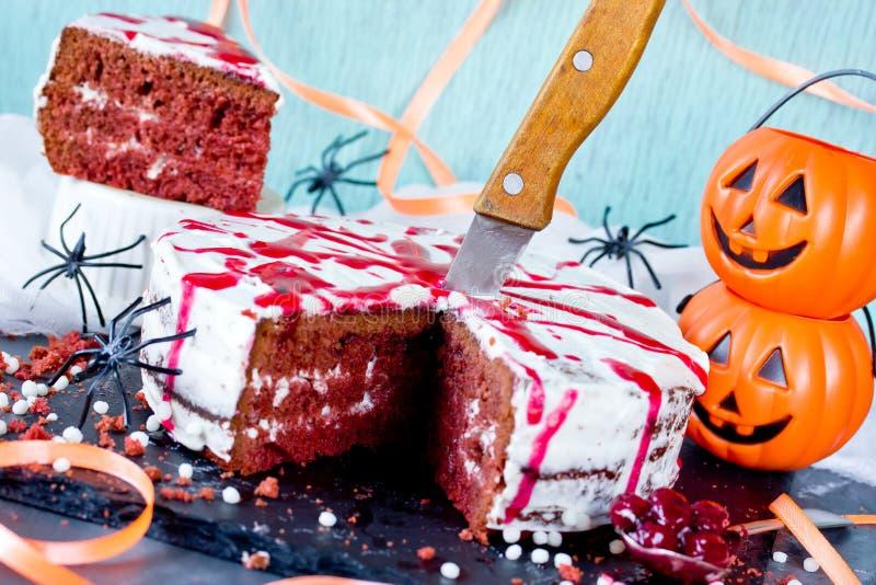 Gâteau ensanglanté de Halloween - gâteau rouge de velours avec le givrage de fromage photo libre de droits