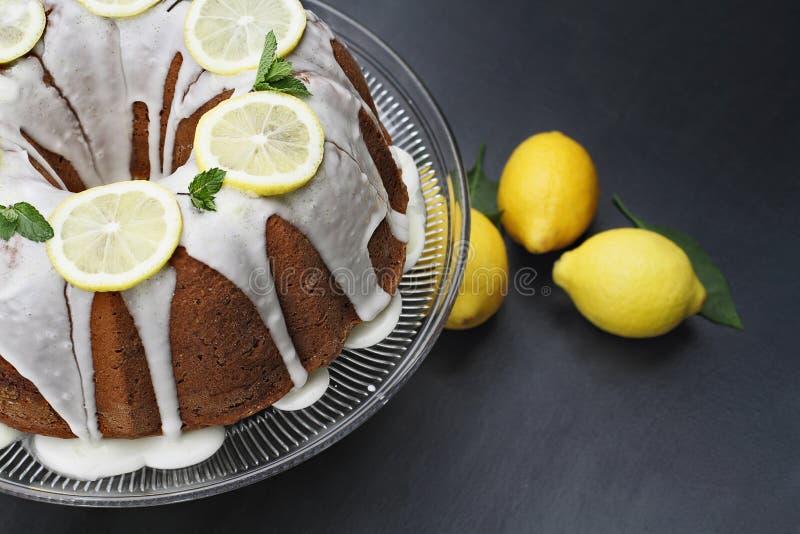 Gâteau entier de Bundt de citron sur un support photos stock