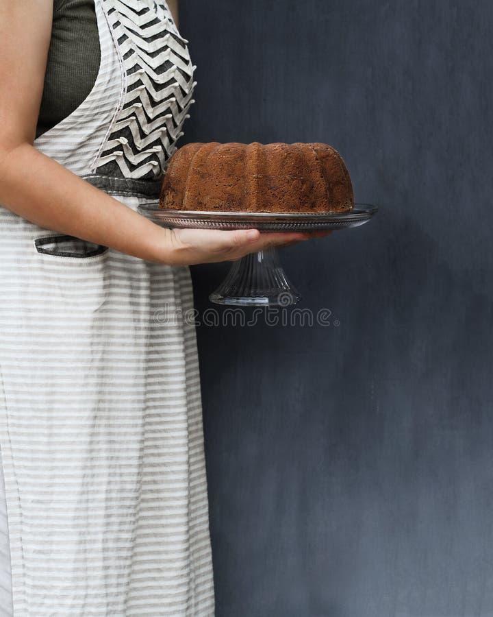 Gâteau entier de Bundt de citron tenu par la femme images libres de droits