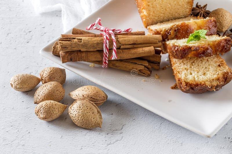 Gâteau et amandes faits maison de cannelle image stock