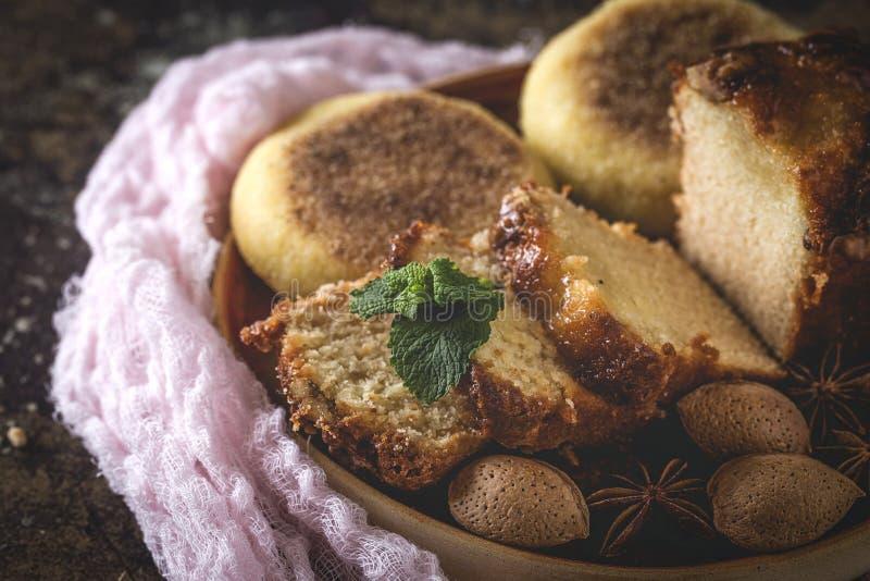 Gâteau et amandes faits maison de cannelle photographie stock libre de droits