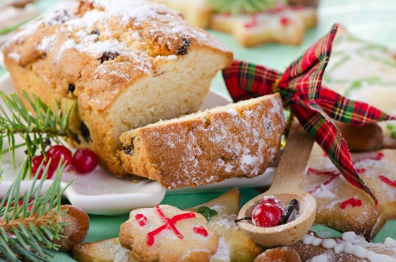 Gâteau et biscuits de Noël image stock