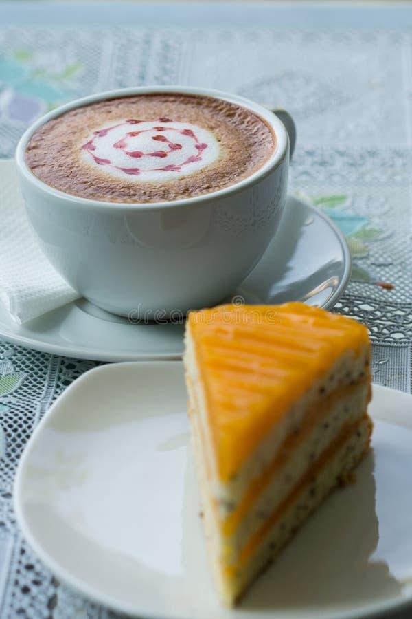 Gâteau et café oranges photographie stock libre de droits