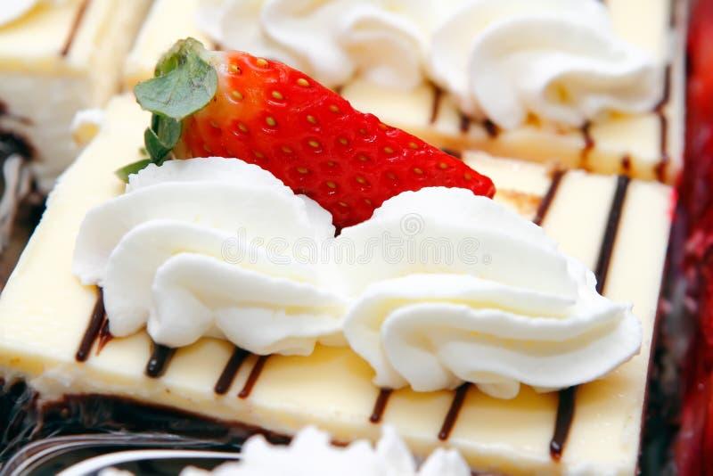 Gâteau et crème fouettée photographie stock libre de droits