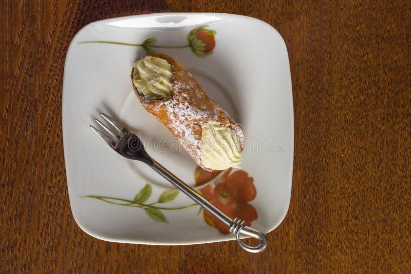 Gâteau et fourchette de Cannoli photographie stock libre de droits