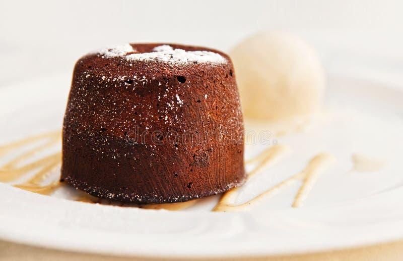 Gâteau et glace à la vanille de lave de chocolat image libre de droits