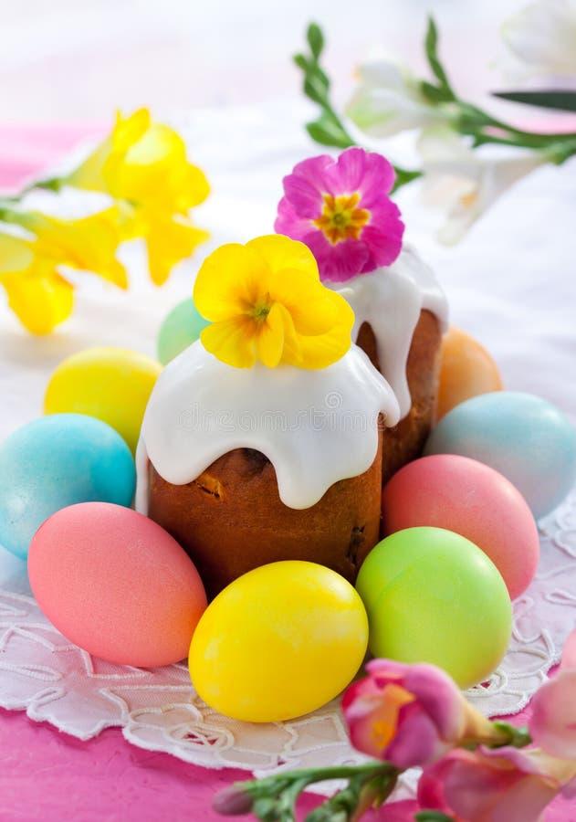 Gâteau et oeufs de Pâques photos stock