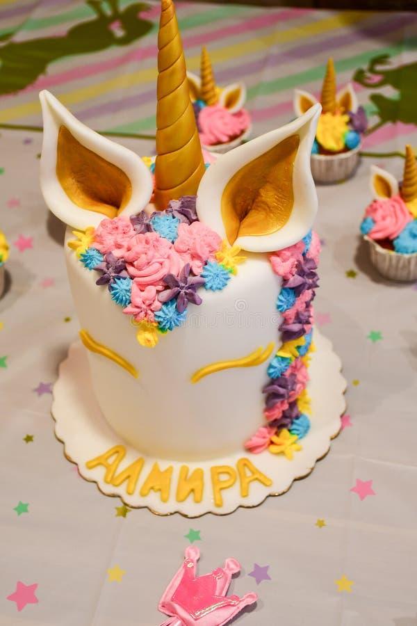 Gâteau et petits gâteaux de licorne pour une partie photo stock