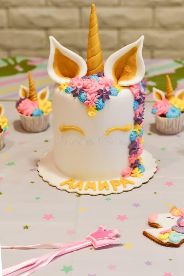 Gâteau et petits gâteaux de licorne pour une partie photographie stock