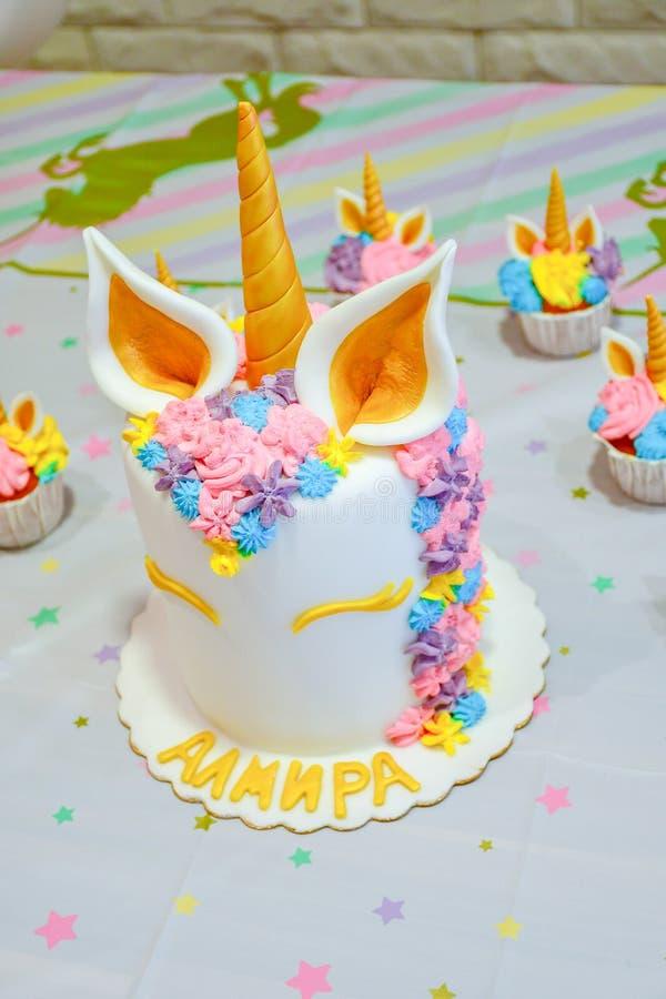 Gâteau et petits gâteaux de licorne pour une partie photos stock