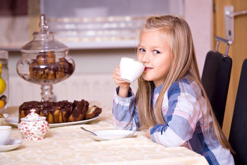 Gâteau et thé photo stock