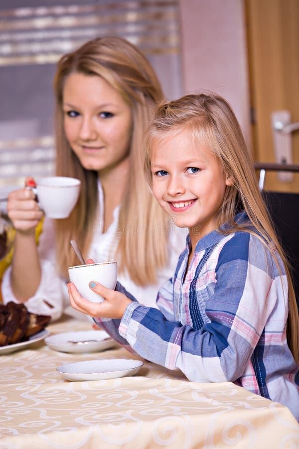 Gâteau et thé photographie stock