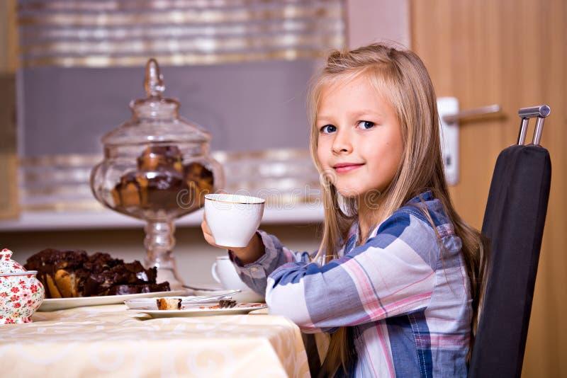 Gâteau et thé photographie stock libre de droits