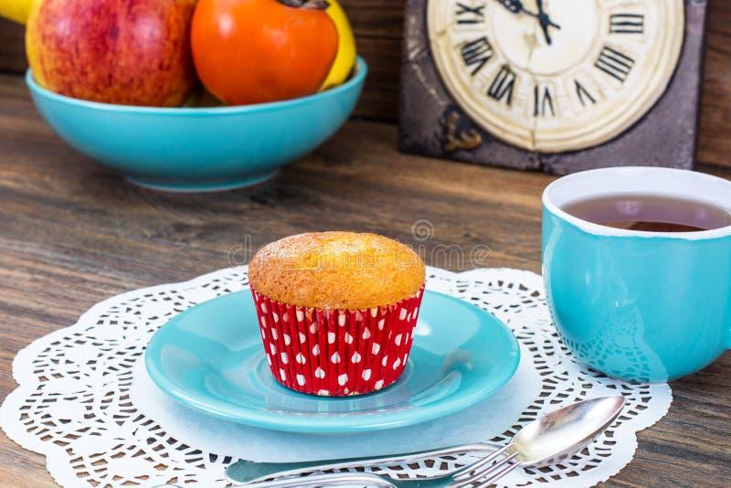 Gâteau et thé doux de vanille dans la tasse bleue image libre de droits