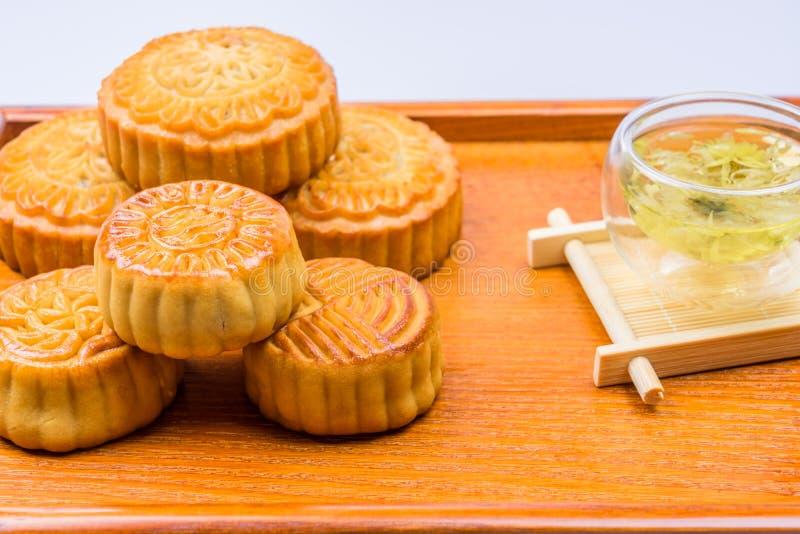 Gâteau et thé traditionnels de lune de la Chine images libres de droits