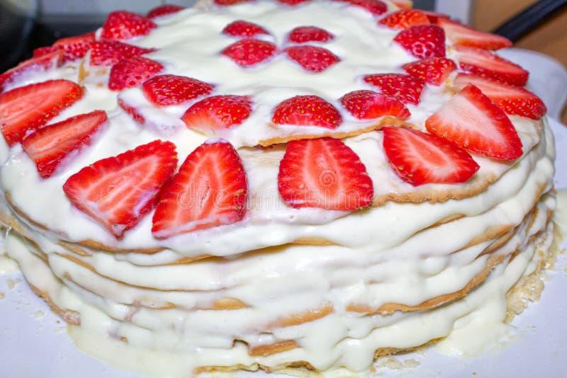 Gâteau fait maison avec de la crème et la fraise, plan rapproché photographie stock libre de droits
