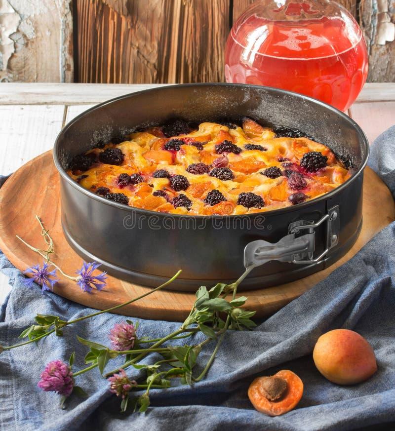 Gâteau fait maison avec des mûres, abricots, groseilles à maquereau photo stock