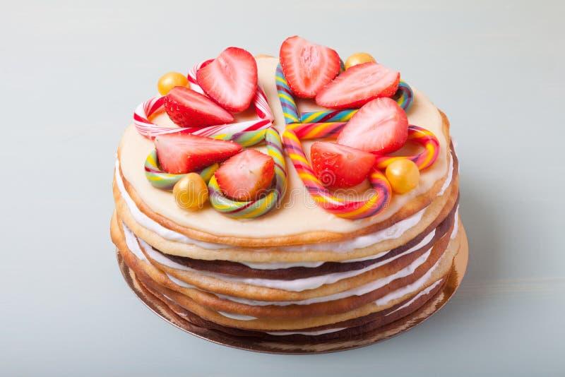 Gâteau fait maison avec le décor de jour du ` s de Valentine sur un fond clair photos stock