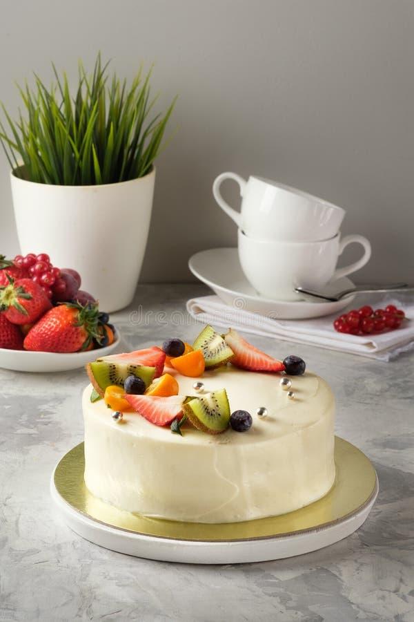 Gâteau fait maison avec le glaçage, chocolat, fromage fondu, gâteaux faits maison, boulangerie à la maison images stock