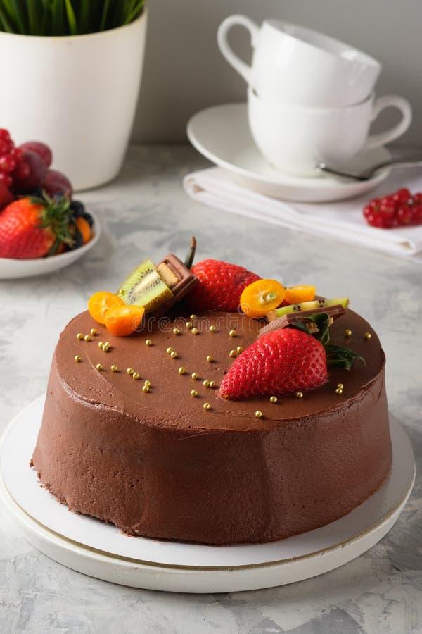 Gâteau fait maison avec le glaçage, chocolat, fromage fondu, gâteaux faits maison, boulangerie à la maison images libres de droits
