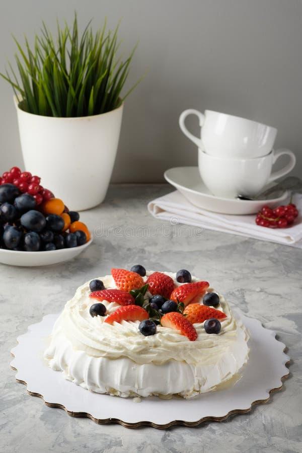 Gâteau fait maison avec le glaçage, chocolat, fromage fondu, gâteaux faits maison, boulangerie à la maison photos stock