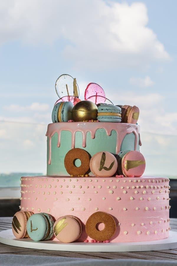 Gâteau fait maison coloré de macarons sur la pyramide dans beaucoup de niveaux images libres de droits