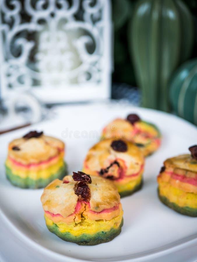 Gâteau fait maison cuit au four frais de scones d'arc-en-ciel photos libres de droits