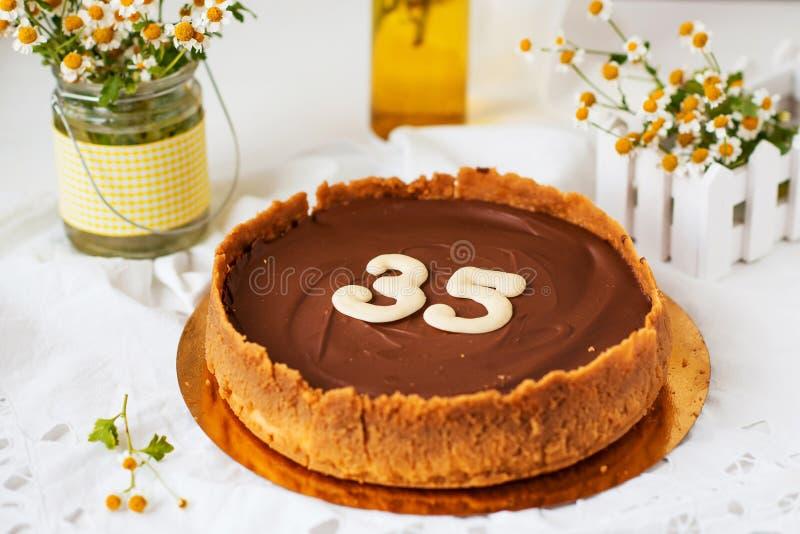 Gâteau fait maison d'anniversaire photographie stock