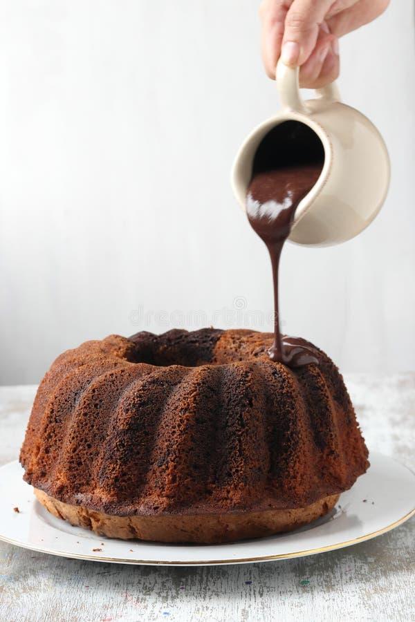 Gâteau fait maison de bundt avec la crème au chocolat image stock