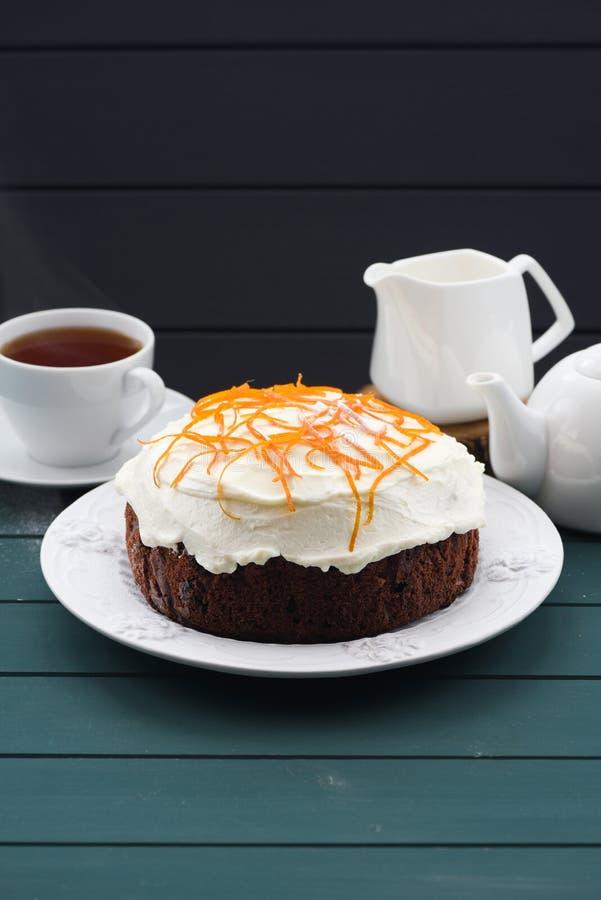 Gâteau fait maison de fruit de chocolat avec le fromage fondu et la peau d'orange sur le fond bleu-foncé photographie stock libre de droits