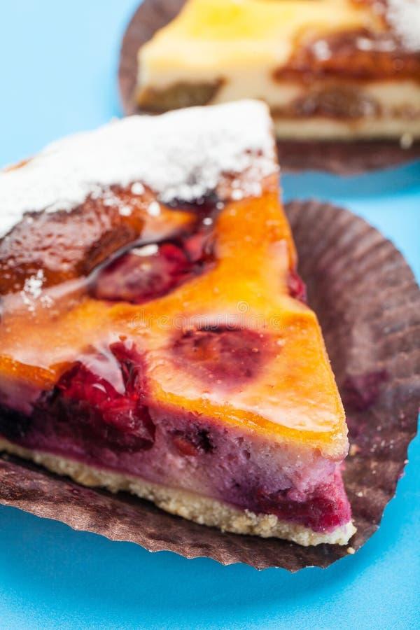 Gâteau fait maison de prune avec la gelée Morceau de partie Une table bleue photo libre de droits