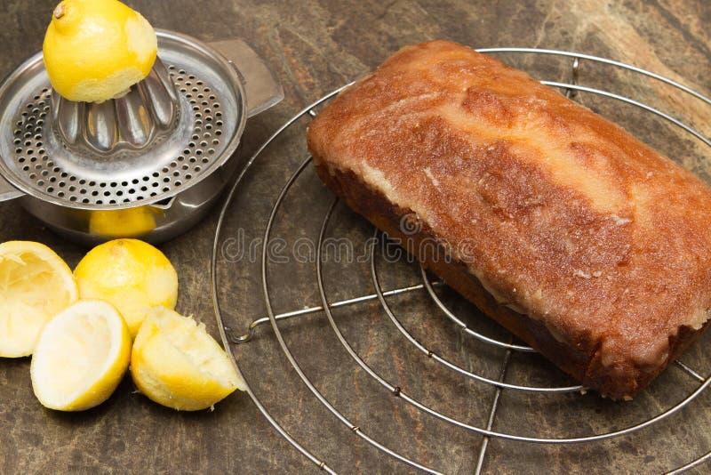 Gâteau fait maison de refroidissement de bruine de citron image stock