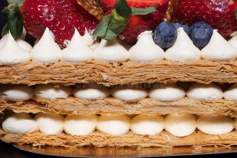 Gâteau fait maison de souffle avec de la crème et des baies image libre de droits