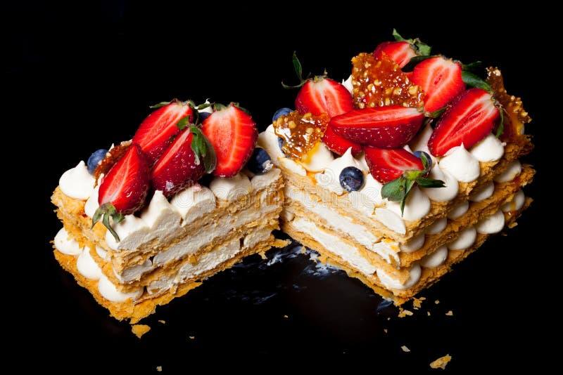Gâteau fait maison de souffle avec de la crème et des baies photographie stock libre de droits