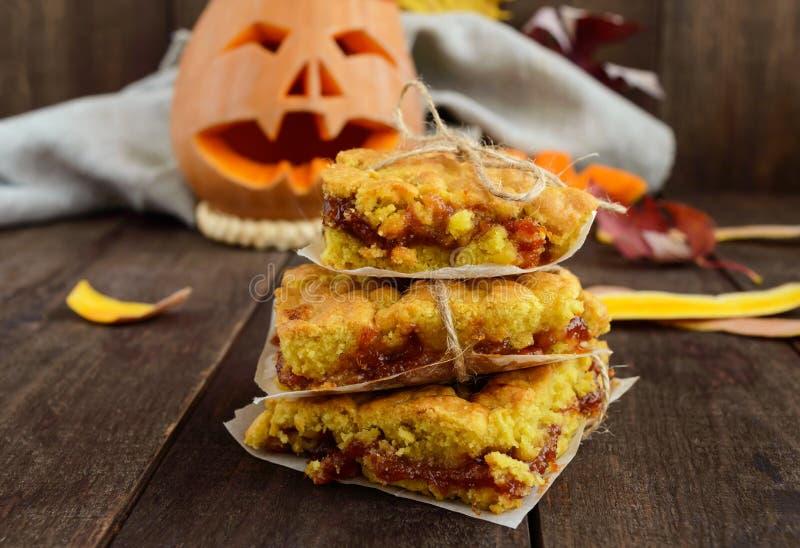 Gâteau fait maison fraîchement cuit au four avec de la confiture d'abricot Dessert Halloween images stock