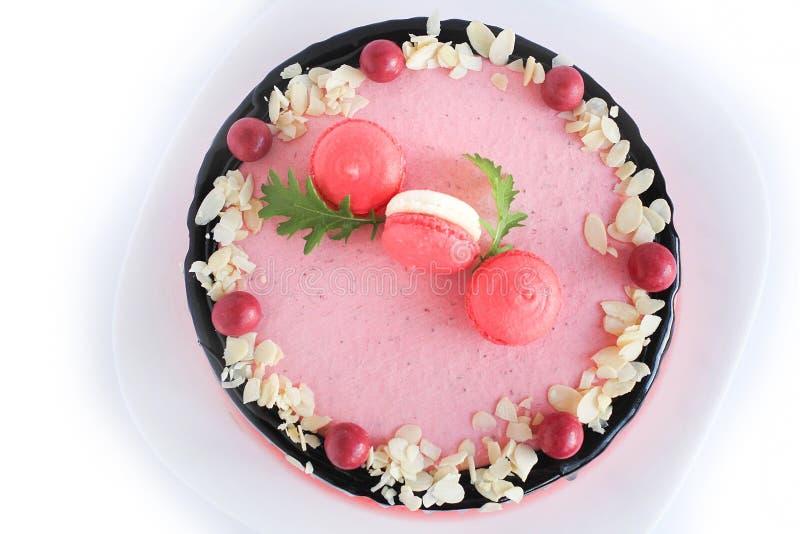 Gâteau fait maison rose savoureux décoré par les sucreries rouges images libres de droits
