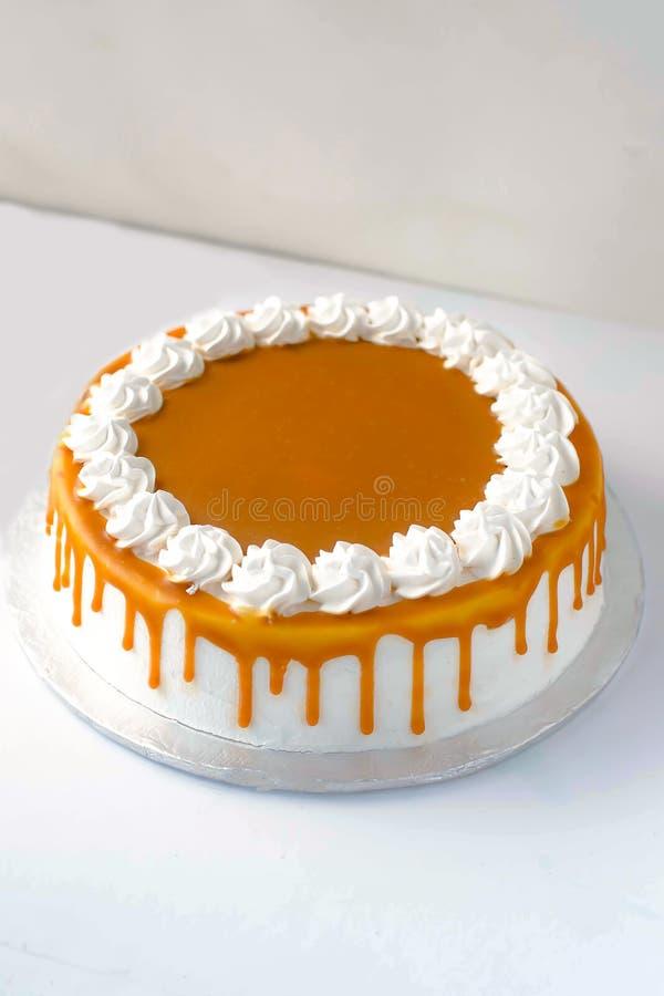 Gâteau final délicieux de caramel au beurre photographie stock