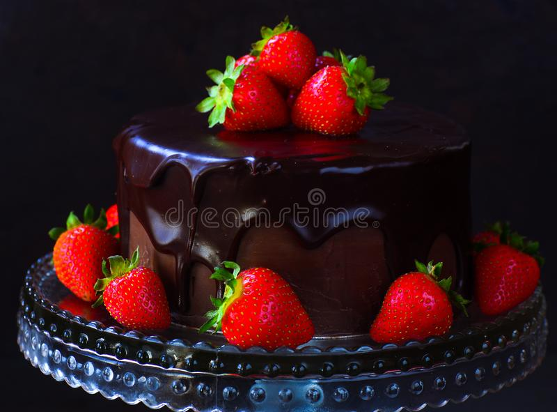 Gâteau foncé de ganache de chocolat avec des fraises image stock