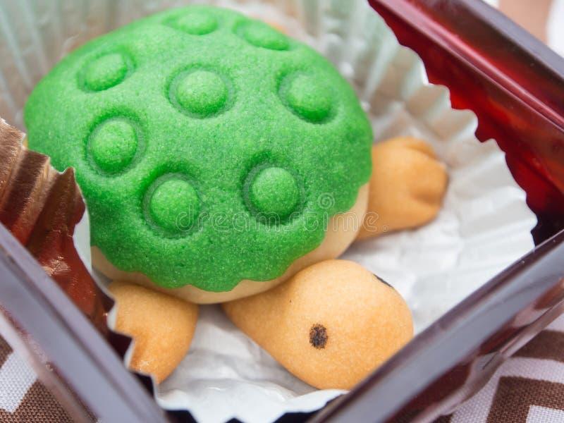 Gâteau formé par tortue mignonne photo stock