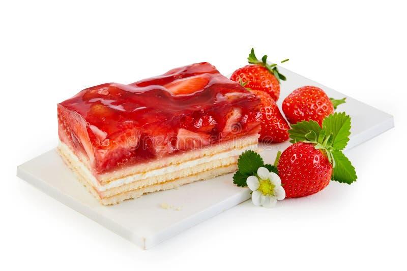 Gâteau fraîchement cuit au four complété avec des fraises photographie stock